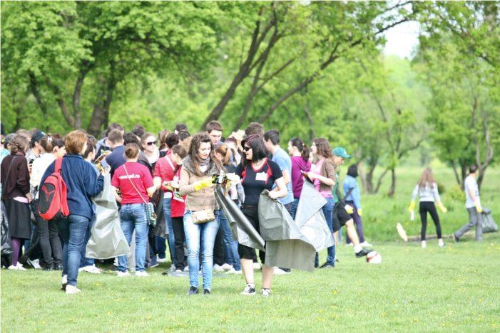 """300 de voluntari s-au """"Ecologat"""" la pădurea Şorogari"""