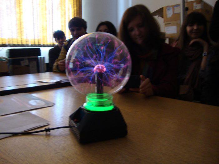 """Peste 1800 de elevi prezenți la """"Zilele Porților Deschise"""" au experimentat că """"Fizica este în orice"""""""